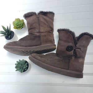 Ugg w/ Button Brown 7 Lined Boot